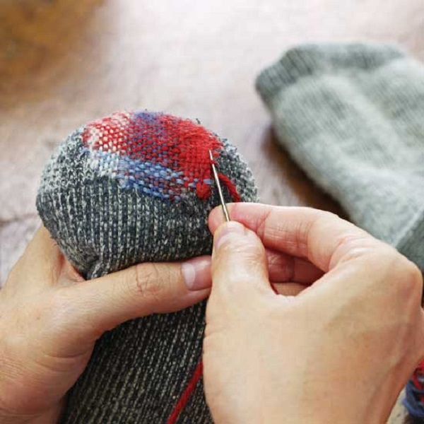 How to do darning by hand :