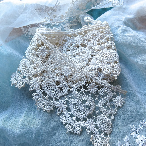 Schiffli Lace | bulb and key